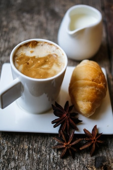 Hora del café, taza de café sobre madera