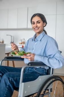 Hora de comer. positivo joven discapacitado en casa almorzando