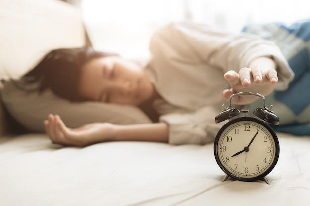 Hora de dormir y levantarse por la mañana cómodo en la cama en casa.