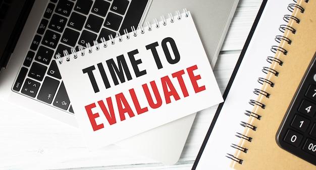 Hora de evaluar. concepto para analizar resultados de negocios, carrera, logros sociales y encuestas.