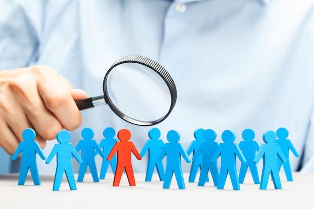 Hora. reclutamiento de personal. elegir un buen líder. busque con una lupa.