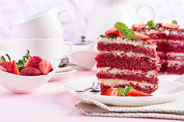 Hora del té con pastel de terciopelo rojo y fresas