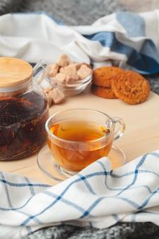 La hora del té. taza de té en una mesa bellamente decorada