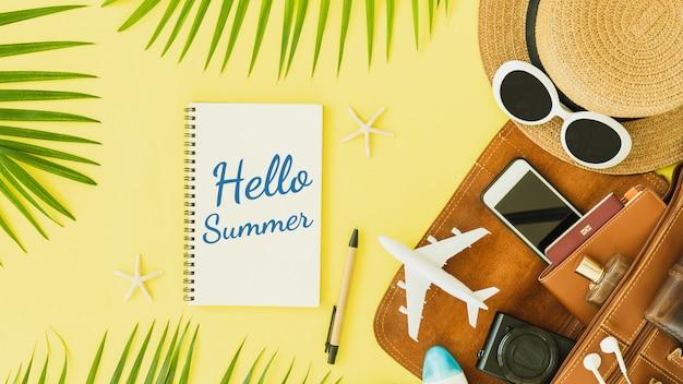 Hora de viajar cita en cuaderno con sombrero y avión