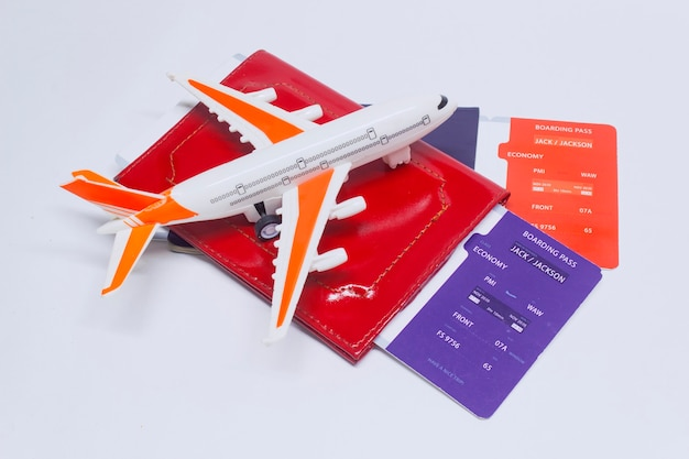 Hora de viajar. concepto de turismo con avión, billetes de embarque y pasaporte.