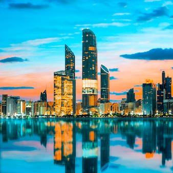 Horizonte de abu dhabi al atardecer, emiratos árabes unidos