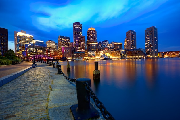 Horizonte del atardecer de boston en fan pier massachusetts