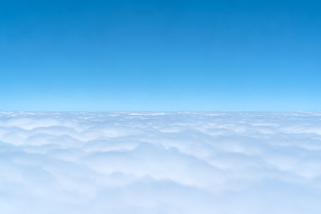 Horizonte azul y nubes, vista de la ventana del avión