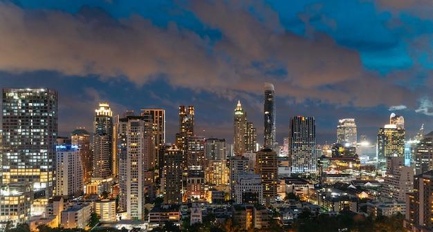 Horizonte de bangkok del paisaje urbano en la noche, tailandia.