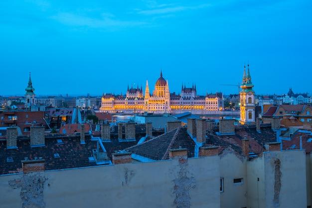 Horizonte de budapest con el edificio del parlamento en la ciudad de budapest, hungría en la noche