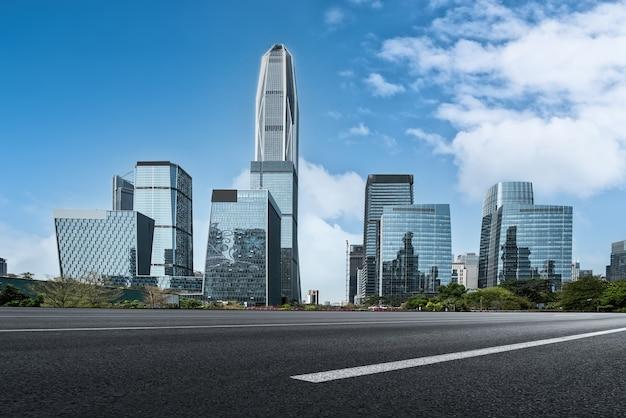 Horizonte de la carretera y edificios de la ciudad.