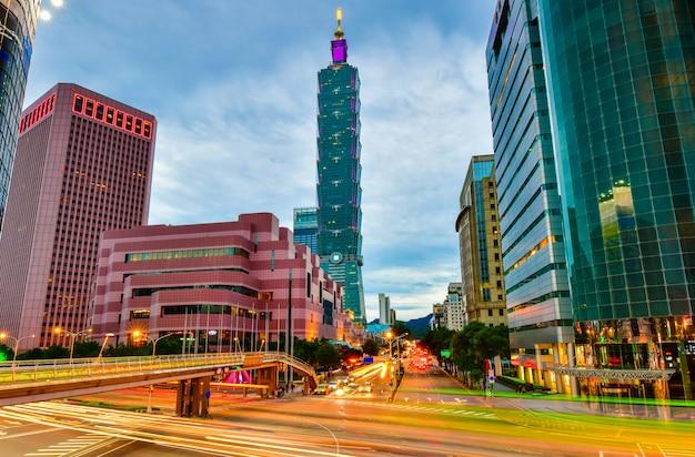 Horizonte de la ciudad de aipei y edificios del centro con rascacielos en la hora del crepúsculo en taiwán