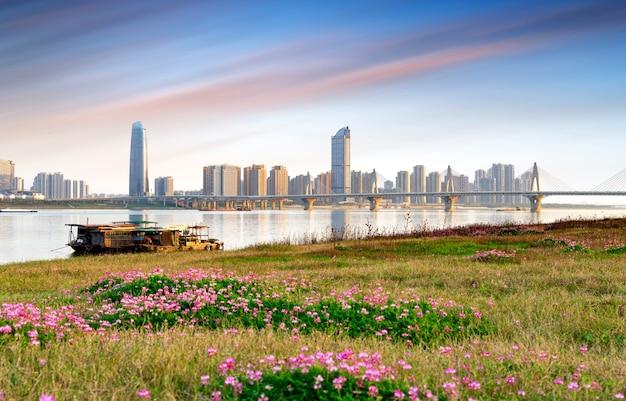 Horizonte de la ciudad bajo el cielo del atardecer, nanchang, china