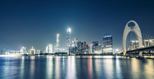 Horizonte de la ciudad de guangzhou y paisaje de arquitectura en la noche