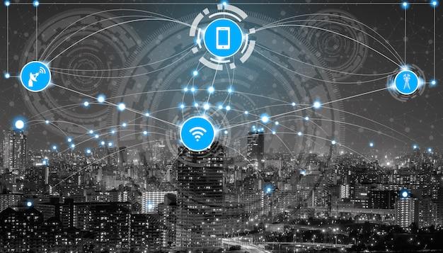 Horizonte de la ciudad inteligente con los iconos de red de comunicación inalámbrica.