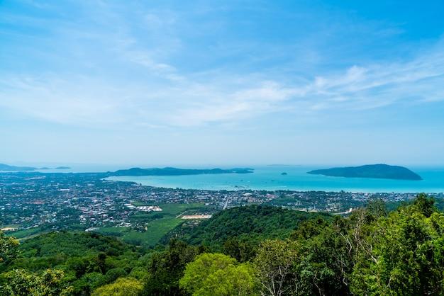 Horizonte de la ciudad de phuket con playa de mar