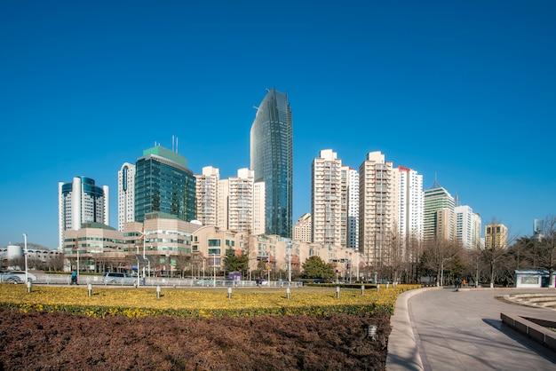 Horizonte de la ciudad de qingdao y paisaje de construcción de azulejos de piso cuadrado