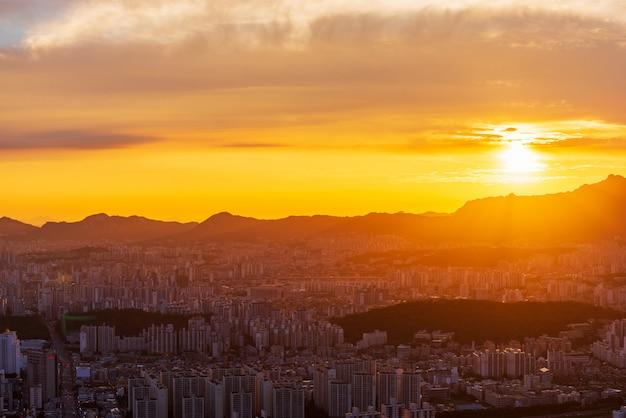 Horizonte de la ciudad de seúl al atardecer
