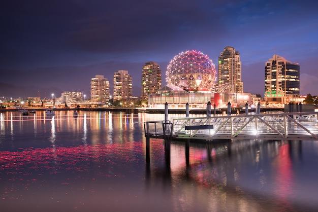 Horizonte de la ciudad de vancouver en la noche, british columbia, canadá