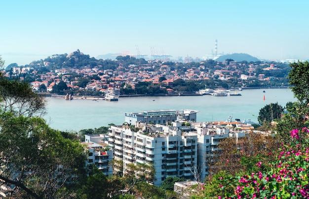 Horizonte de la ciudad de xiamen, china desde la isla gulangyu.