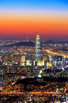 Horizonte de corea del sur de seúl, la mejor vista de corea del sur con lotte world mall en la fortaleza namhansanseong