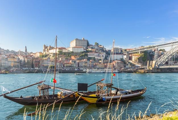 Horizonte del puerto de vino de oporto de porto con el río douro y el barco tradicional de rabelo, portugal