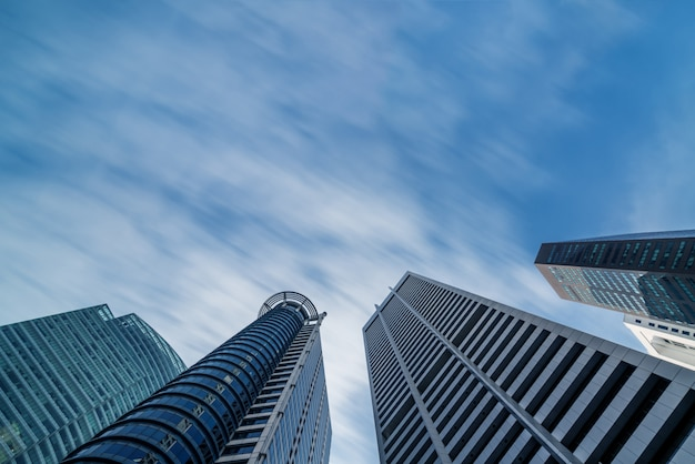 Horizonte de edificios comerciales mirando hacia arriba con cielo azul