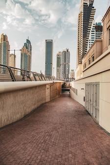 Horizonte y edificios de oficinas de negocios modernos con carretera vacía
