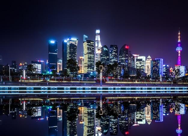 Horizonte hermoso de shangai en la noche, fondo urbano moderno