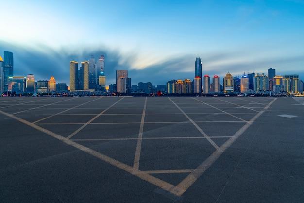 El horizonte del horizonte urbano de la autopista de qingdao