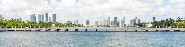 Horizonte de miami con rascacielos y puente sobre el mar