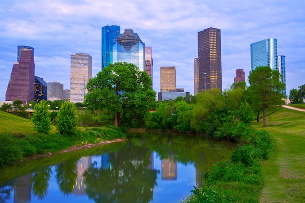 Horizonte moderno de houston texas desde el río parque