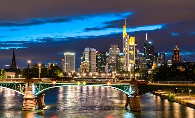 Horizonte nocturno de frankfurt sobre el río main en alemania
