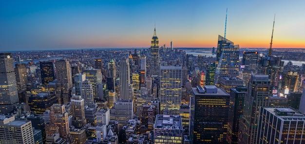 Horizonte de nueva york con el empire state building durante la puesta de sol