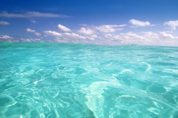 Horizonte de onda de agua de mar azul del caribe
