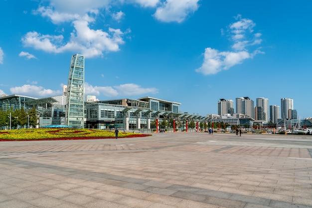 Horizonte del paisaje urbano moderno de qingdao, china