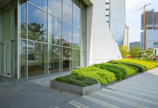 Horizonte panorámico y edificios con el piso cuadrado concreto vacío en shenzhen, china