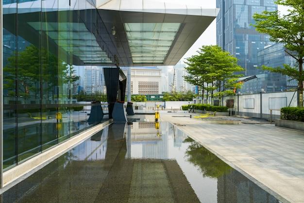 Horizonte panorámico y edificios con piso cuadrado de concreto vacío en shenzhen, china