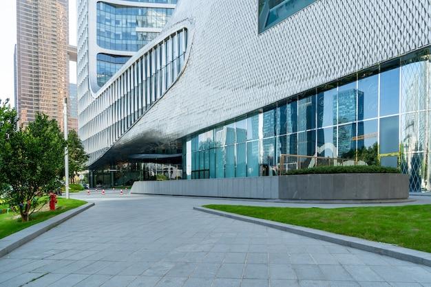 Horizonte panorámico y edificios con piso cuadrado de hormigón vacío, qianjiang new town, hangzhou, china