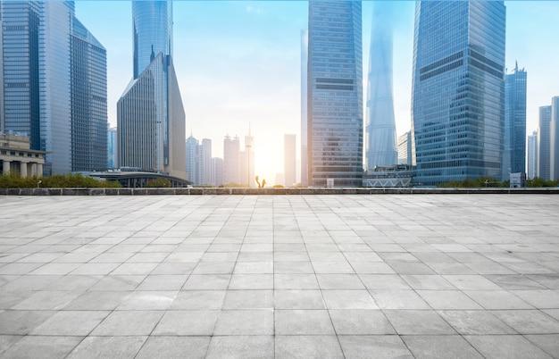 Horizonte panorámico y edificios con piso cuadrado de hormigón vacío, shangai, china