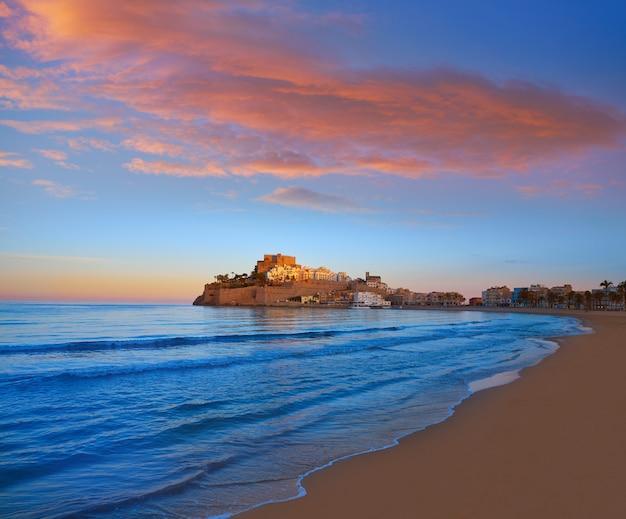 Horizonte de peñíscola y playa del castillo en españa