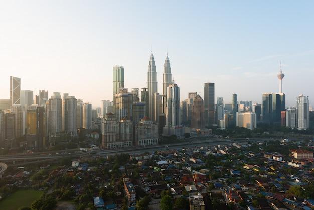 Horizonte y rascacielos de la ciudad de kuala lumpur que construyen en kuala lumpur, malasia. asia.