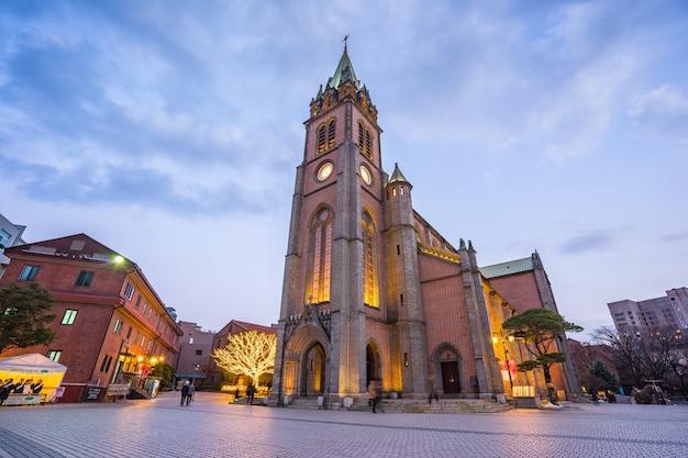Horizonte de seúl wuth catedral de myeongdong en la noche en la ciudad de seúl, corea del sur