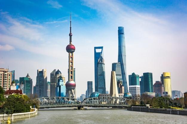 Horizonte de shanghai en día soleado, china