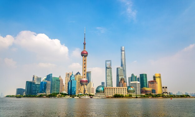 Horizonte de shanghai sobre el río huangpu en china