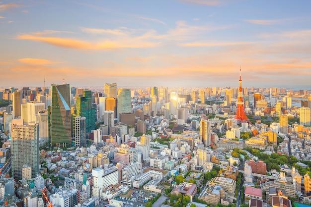 Horizonte de tokio con la torre de tokio en el crepúsculo en japón