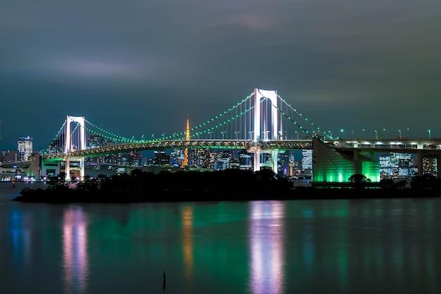 Horizonte de tokio con la torre de tokio y el puente del arco iris.