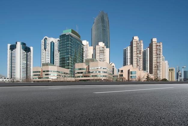 Horizonte urbano de qingdao y paisaje arquitectónico de la carretera de asfalto