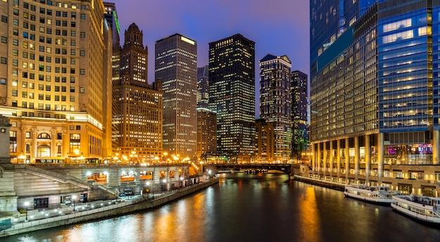 Horizontes de chicago a lo largo del río chicago