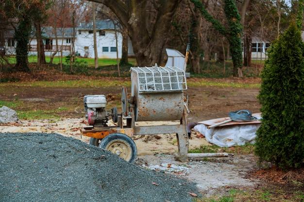 La hormigonera se deja después del horario de trabajo en el sitio de construcción.